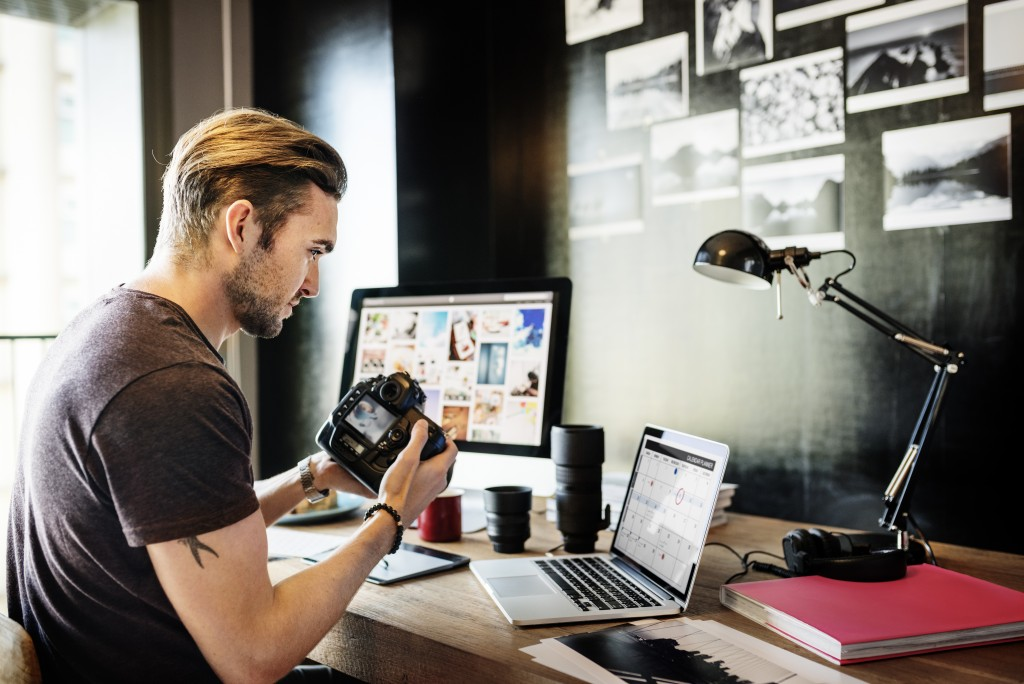 photographer talking to clients online