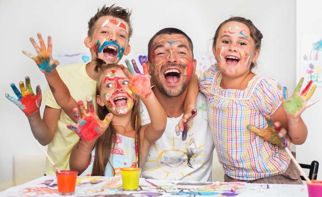 kids and man finger painting